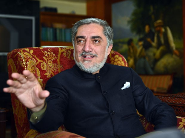 O opositor Abdullah Abdullah em foto tirada em março deste ano durante uma entrevista em sua casa, no Afeganistão (Foto: AFP PHOTO / Massoud HOSSAINI/ FILES)