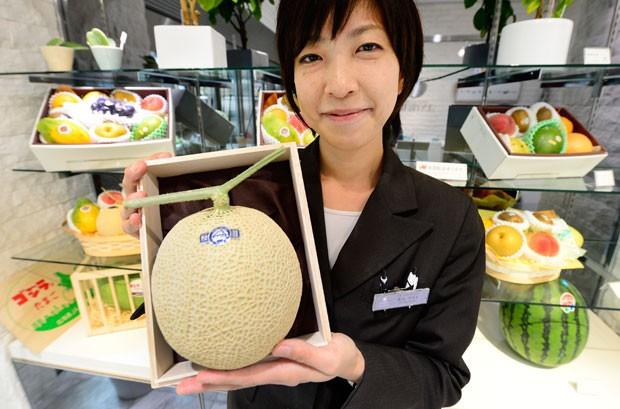 Melão cantaloupe de 15.750 ienes (R$ 356) é um ótimo presente para o chefe (Foto: Toru Yamanaka/AFP)