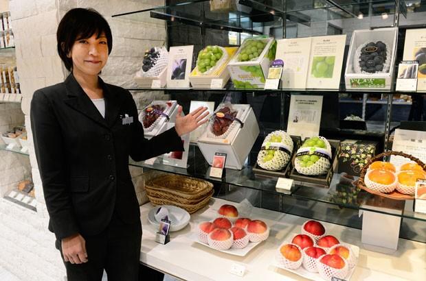 Cacho de uva da variedade 'Ruby Roman' chega a ser vendido por 400 mil ienes (R$ 9.050) (Foto: Toru Yamanaka/AFP)