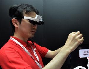 óCulos inteligente traduz cardápio do japonês para o inglês em tempo real (Foto: Yoshikazu Tsuno/AFP)