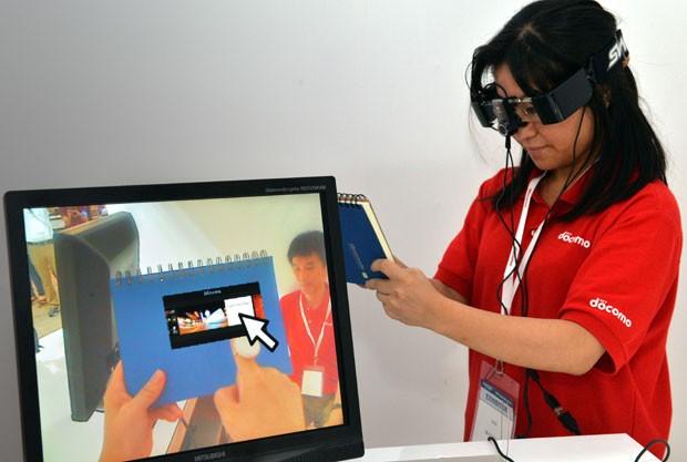 Óculos da operadora Docomo tem funções de realidade aumentada (Foto: Yoshikazu Tsuno/AFP)