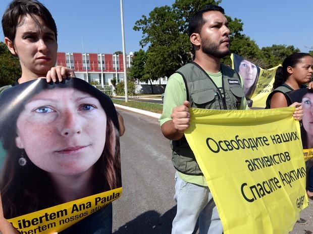 Ativistas do Greenpeace protestam em frente à Embaixada da Rússia em Brasília com faixas pedindo a libertação dos ativistas no país. (Foto: Evaristo Sa/AFP)