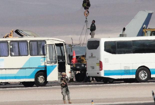 Força aérea chilena retira avião que se acidentou (Foto: Francesco Degaspari/AFP)