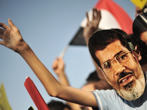 Manifestante usa uma máscara do presidente deposto, Mohamed Morsi durante uma manifestação em Istambul. (Foto: Ozan Kose/AFP)