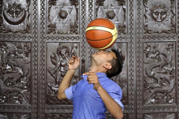 Thaneswar Guragai, de 23 anos, girou uma bola de basquete no nariz por sete segundos (Foto: Prakash Mathema/AFP)