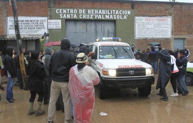 Simpatizantes da presidente argentina Cristina Kirchner fazem vigília em frente a clínica em Buenos Aires nesta terça-feira (8) (Foto: AFP)