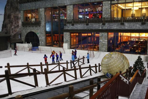 Parque temático foi construído com mais de 6 mil toneladas de neve (Foto: Ahmed Jadallah/Reuters)