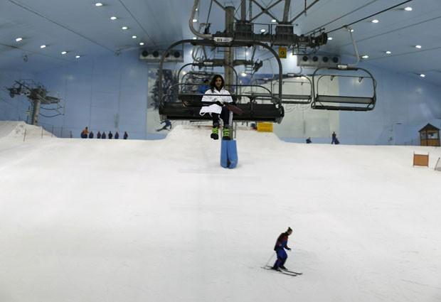 Luxuoso shopping de Dubai, nos Emirados Árabes, instalou uma estação de esqui em seu interior (Foto: Ahmed Jadallah/Reuters)