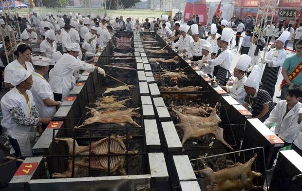 Dezenas de assadores participaram de um concurso de churrasco em Chongqing (Foto: Stringer/Reuters)