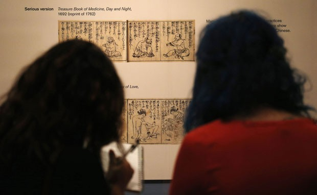 Visitantes observam 'shungas' durante exposição sobre sexo e prazer na arte japonesa (Foto: Suzanne Plunkett/Reuters)