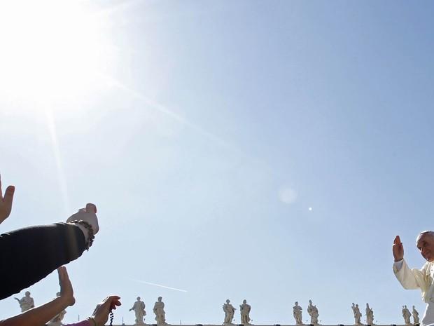 O Papa Francisco acena para fiéis após audiência geral no Vaticano. (Foto: Giampiero Sposito/Reuters)