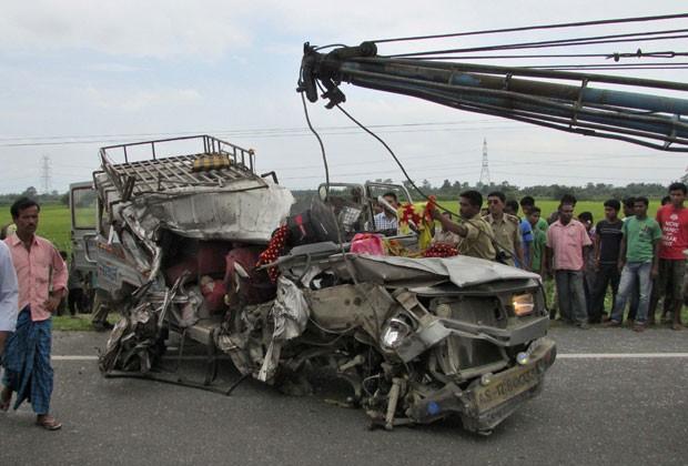 Polícia retira o que restou de um dos veículos envolvidos no acidente que matou 30 pessoas na Índia (Foto: Reuters)