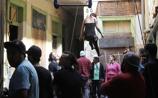 Participantes se penduram em ganchos em festival no Chile (Foto: Eliseo Fernandez/Reuters)