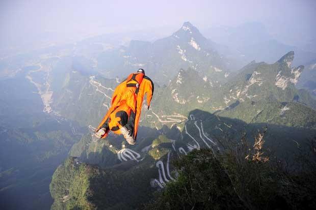 Paraquedista foi encontrado morto na China após saltar de um vale na terça-feira (8) (Foto: China OUT/ AFP)