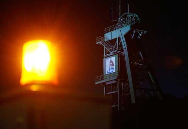 Aviso de luz é acionado em um portão da mina de potássio na Alemanha após mineiros morrerem no local. (Foto: Ralph Orlowski/ Reuters)