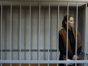 Bióloga brasileira Ana Paula Maciel aguarda sua audiência no tribunal russo neste domingo (29). (Foto: AFP Photo/Greenpeace/Dmitri Sharomov)