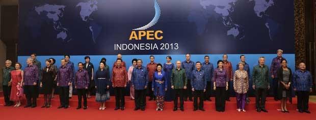 Presidente da Indonésia Susilo Bambang Yudhoyono, vestindo camiseta azul, posa para foto oficial com outros líderes da Ásia-Pacífico (Foto: Dita Alangkara/ AFP)