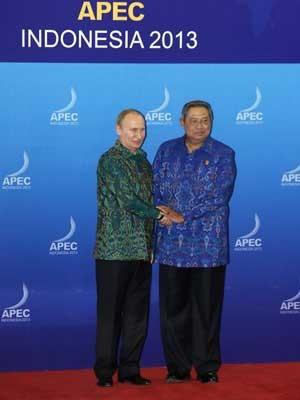 O presidente da Rússia, Vladimir Putin, é recebido pelo Presidente da Indonésia, Susilo Bambang Yudhoyono (Foto: Made Nagi/ Reuters)