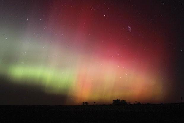 Imagem mostra as luzes do norte, nome popular dado à aurora boreal, sobre a região de Havre, no Estado de Montana, nos Estados Unidos (Foto: Havre Daily News/Lindsay Brown/AP)
