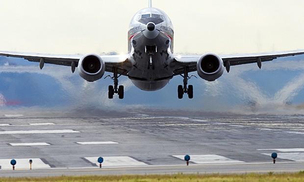 Boeing 737 decola do Aeroporto Nacional de Washington Ronald Reagan, em Arlington, Virgínia, em 23 de setembro (Foto: Saul Loeb/Arquivo AFP)