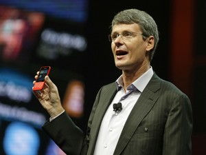 Thorsten Heins, presidente e CEO da BlackBerry, exibe novo smartphone durante conferência em Orlando, na Flórida (EUA) (Foto: John Raoux/AP)