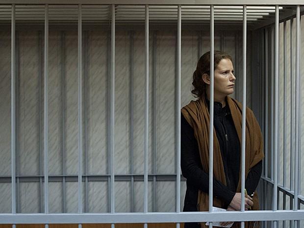Ativista brasileira Paula Maciel é vista presa em Murmansk, Rússia, no domingo (29) (Foto: Greenpeace/AP)