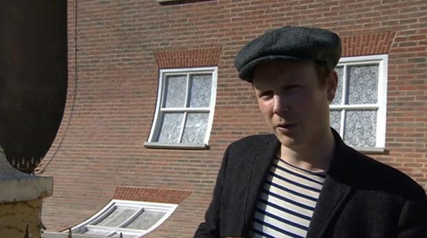 Artista britânico cria casa que 'escorrega' para rua (Foto: BBC)