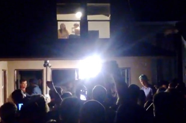 Casal virou 'atração' da festa após ser flagrado dando 'amassos' com as janelas abertas (Foto: Reprodução/YouTube/Olin Olmstead)