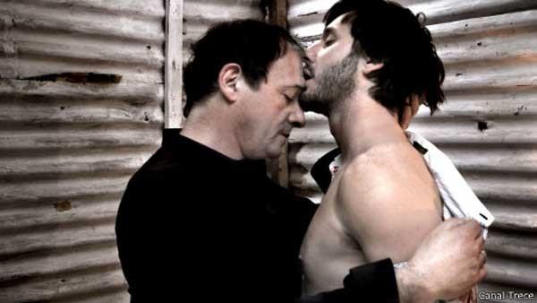 Famosos, atores Julio Chávez e Benjamin Vicuña protagonizam a cena em horário nobre (Foto: Divulgação/Canal Trece)