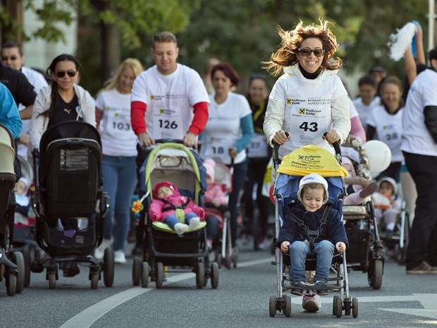 Janan Bruneau, a direita, participou da corrida com seu filho (Foto: Vadim Ghirda/AP)