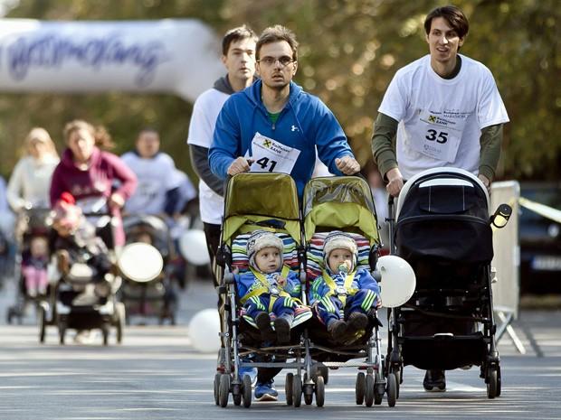 Pai participa da 'Corrida das fraldas' com gêmeos (Foto: Vadim Ghirda/AP)
