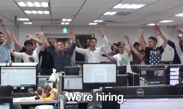 Após 'demissão dançante', empresa postou vídeo no qual funcionários dançam para dizer que companhia 'está contratando' (Foto: Reprodução/YouTube/NMAWorldEdition)