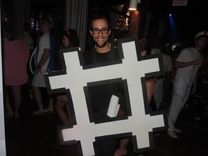José Lucas foi vestido de hashtag (Foto: Géssica Valentini/G1)
