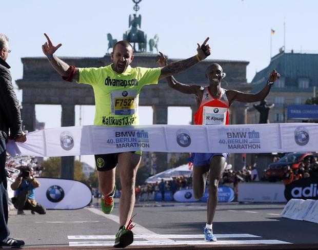 Homem invadiu Maratona de Berlim usando camiseta com publicidade para serviço de acompanhantes (Foto: Michael Sohn/AP)