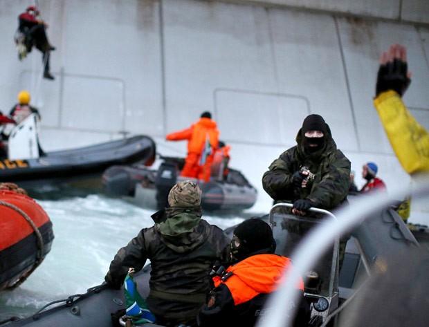 Imagens divulgadas nesta quarta pelo Greenpeace mostram momento em que ativistas são detidos por autoridades russas em 18 de setembro, durante ação realizada no Mar do Norte. As imagens foram feitas com a ajuda de um aparelho celular e o Greenpeace não informou o autor das fotos (Foto: Divulgação/Greenpeace)