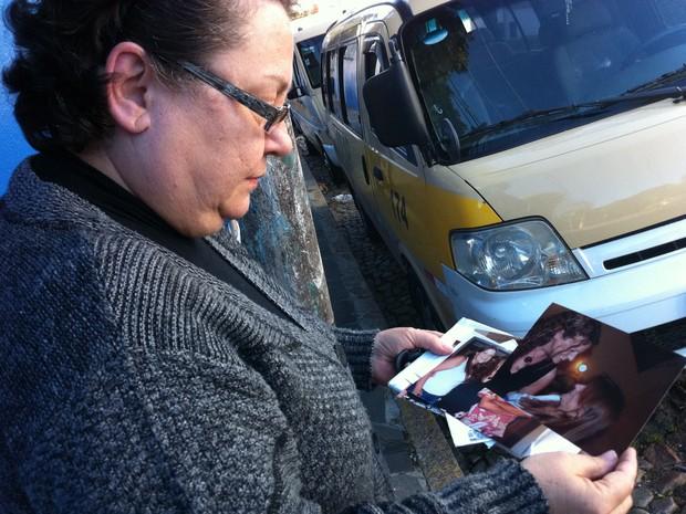 Rosângela mostra fotos da filha Ana Paula ao lado da irmã (Foto: Felipe Truda/G1)