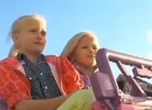 Irmãs receberam 'multa' após abandonarem jipe de brinquedo em local proibido (Foto: Reprodução/YouTube/nly comedy)