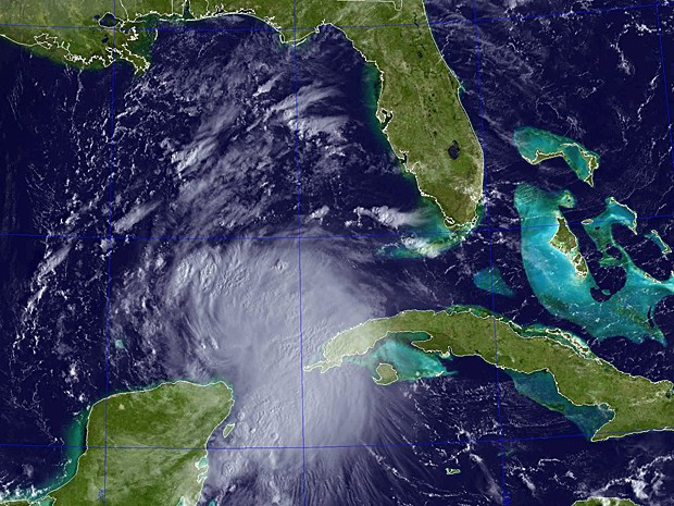Tempestade tropical Karen cruza o Estreito de Yucatán nesta quinta (3) após ter se formado no sul do Golfo do México. Fenômeno se move em direção à costa dos EUA, segundo meteorologistas (Foto: NRL/AFP)