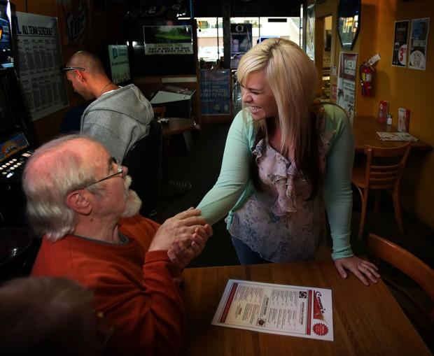Aurora Kephart é cumprimentada por cliente após ganhar como gorjeta um bilhete de loteria premiado, e faturar R$ 38 mil (Foto: The Register-Guard, Chris Pietsch/AP)