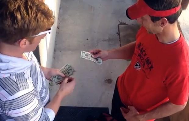 Mágico Stuart Edge surpreendeu os entregadores ao dar gorjeta de US$ 100 (Foto: Reprodução/YouTube/Stuart Edge)
