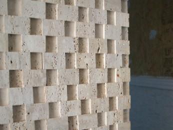 Mosaico de mármore nas paredes tem apelo sustentável (Foto: Fabiula Wurmeister / G1)
