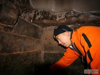 Um dos exploradores dentro do local que seria a Arca de Noé! (foto: Divulgação)