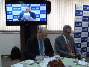 Ministro Paulo Bernardo na Firjan ouvindo o discurso do presidente da Casa, Eduardo Eugênio Gouvêa Vieira (Foto: Lilian Quaino/G1)