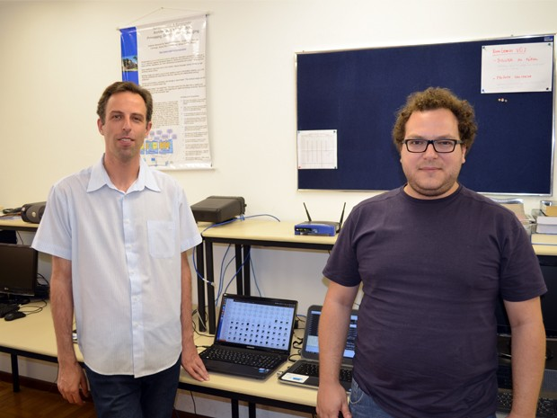 """Ao lado do ajudante, o pesquisador desenvolve a """"nova internet"""" no Inatel (Foto: Lucas Soares / G1)"""