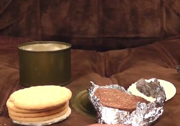 Homem abriu lata e consumiu comida armazenada há mais 45 anos, destinada a militares (Foto: Reprodução/YouTube/Ashens)