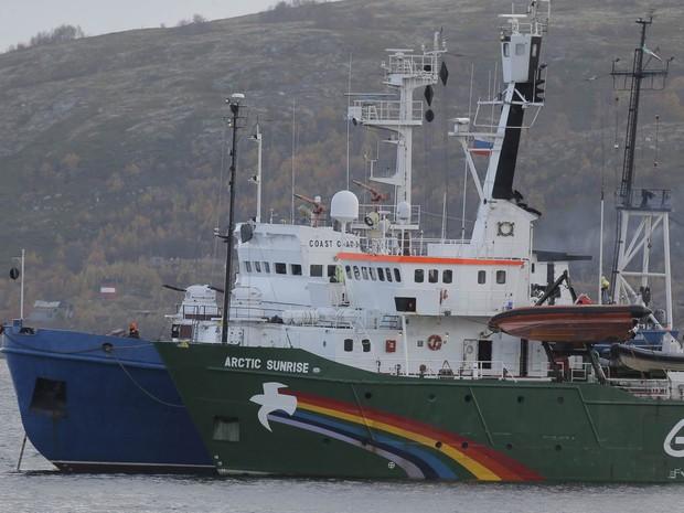 O navio Arctic Sunrise, do Greenpeace, é escoltado pela guarda costeira russa na Baía de Kola, perto da base de Severomorsk. A Rússia entrou com um processo acusando a ONG de pirataria depois que membros tentaram invadir uma plataforma de petróleo. (Foto: Efrem Lukatsky/AP)