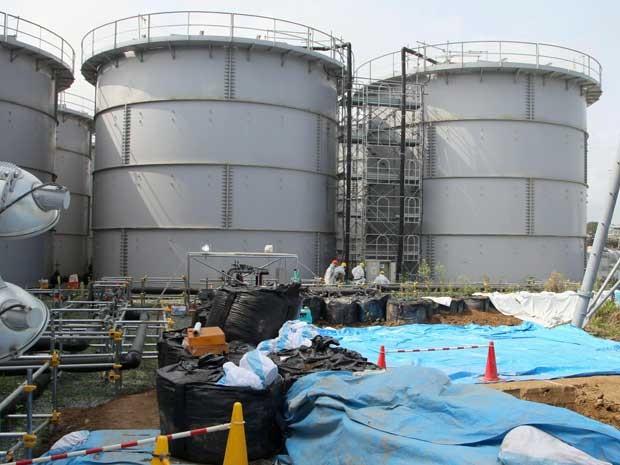 Usina utiliza sacos de areia em torno de tanques para ajudar na retenção de água tóxica. (Foto: Kyodo News / Via AP Photo)