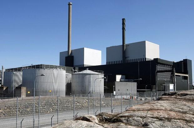 Imagem de 2008 mostra usina nuclear de Oskarshamn, na Suécia. Complexo teve que interromper atividades por conta da grande presença de águas-vivas (Foto: TT News Agency/Mikael Fritzon/AP)