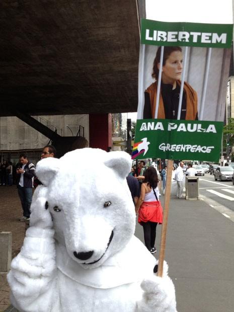 Manifestante vestido de Urso polar pede a libertação da ativista brasileira Ana Paula Maciel. Integrantes da ONG foram detidos durante ato no Ártico em que pediam pela não exploração de petróleo na região (Foto: Eduardo Carvalho/G1)