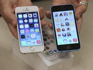 Funcionário de operadora de telefonia mostra visores do iPhone 5S e do iPhone 5C em loja de Utah, nos Estados Unidos, na quinta-feira (19) (Foto: George Frey/Reuters)